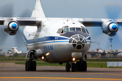 Antonov An-12 RA-12990 des lignes aériennes d'Atran à l'internatio de Vnukovo Photo stock