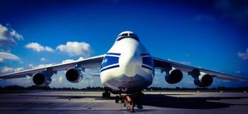 Antonov un 124-100 en el aeropuerto de Chopin en terminal del cargo de Varsovia Fotografía de archivo