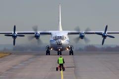 Antonow An-12, das bei Zhukovsky mit einem Taxi fährt Lizenzfreie Stockbilder