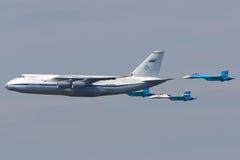 Antonow An-124 Ruslan und Paare von Sukhoi Su-27 der russischen Luft FO Lizenzfreie Stockfotografie