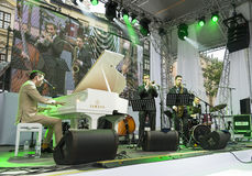 Antony Strong, der Klavier auf Stadiumsjazzfestival spielt Stockfoto