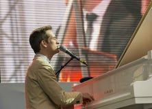 Antony Strong, der Klavier auf Stadiumsjazzfestival spielt Stockbilder