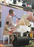 Antony Strong, der Klavier auf Stadiumsjazzfestival spielt lizenzfreie stockfotos