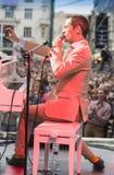 Antony Strong fotografía a la audiencia en su propio concierto Imagen de archivo libre de regalías