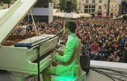 Antony Strong som spelar pianot på etappjazzfestival royaltyfri bild