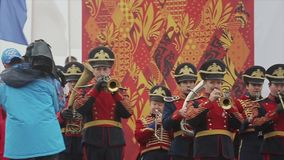 Antorcha olímpica de Sochi de la raza de retransmisión en St Petersburg La banda de metales, el coro de los niños se realiza en e metrajes