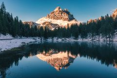 Antornomeer met beroemd Tre Cime di Lavaredo Drei Zinnen moun Royalty-vrije Stock Foto's