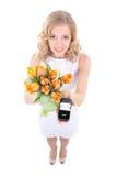 Antragkonzept - lächelnde Frau mit Tulpen und weniger Geschenkbox Lizenzfreie Stockfotos