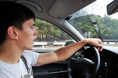 Antreiben auf die nasse Straße lizenzfreie stockfotos