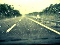 Antreiben in den Regen Stockbild