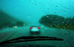 Antreiben in den Regen stockfoto