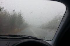 Antreiben in den Regen Lizenzfreie Stockbilder