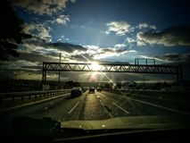Antreiben in den Sonnenuntergang Stockfotos