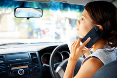 Antreiben der Telefonfrau Stockfoto