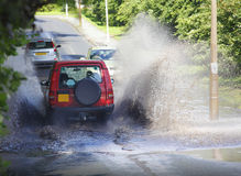 Antreiben des Autos 4x4 durch Flutwasser Stockbild