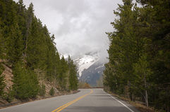 Antreiben in die bewölkten Berge Lizenzfreies Stockfoto