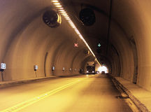Antreiben durch einen Tunnel stockfotos