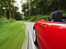 Antreiben in einen Roadster lizenzfreie stockfotografie