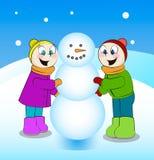 Antreiben in einen Schlitten Kinder, die Schneemann errichten Lizenzfreies Stockbild