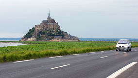 Antreiben zu Mont Str. Michel in Normandie stockfotos