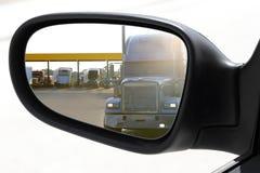 Antreibender Spiegel des Autos der hinteren Ansicht, der großen LKW überholt Lizenzfreies Stockfoto