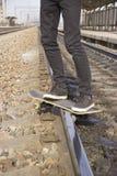 Antrieb auf einem Skateboard stockfoto