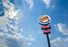 Antrieb Burger Kings Restaurants im Logo bis zum Tag Lizenzfreies Stockfoto