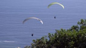 Antrieb mit zwei Gleitschirmen im Wind nahe Cape Town stock video