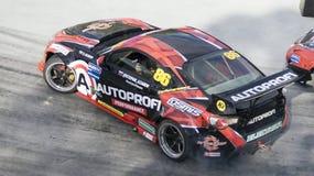 Antriebauto, das an den Motorsportwettbewerben treibt Stockfotos
