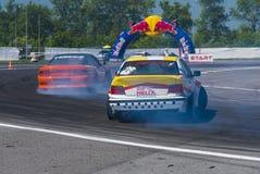 Antriebautos brennen Nissan und BMW überwundene Drehungsbahn ein Lizenzfreie Stockfotografie