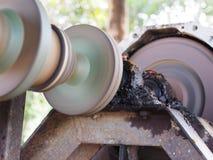 Antriebsachse einer Wasserpumpe auf einer großen Kugellagerunterstützung und des Universalgelenkes mit dunklem schmutzigem Fett a Lizenzfreie Stockfotos