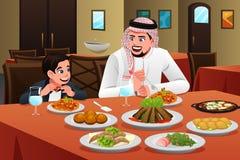Antropófago árabe muçulmano com seu filho Imagens de Stock Royalty Free