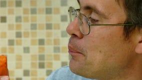 Antropófago adulto uma cenoura video estoque
