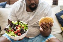 Antropófago africano um Hamburger grande foto de stock royalty free