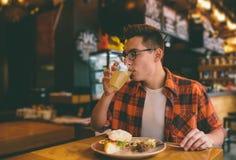 Antropófago en un restaurante y el goce de la comida deliciosa Foto de archivo libre de regalías