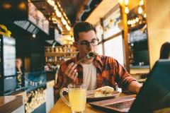 Antropófago en un restaurante y el goce de la comida deliciosa Imágenes de archivo libres de regalías