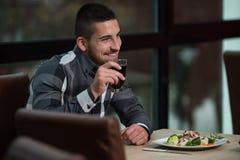 Antropófago hermoso joven en un restaurante Fotografía de archivo