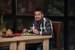 Antropófago hermoso joven en un restaurante Fotos de archivo