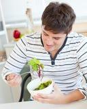 Antropófago novo deleitado uma salada saudável foto de stock