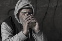 Antropófago sin hogar fuera de una lata Fotografía de archivo libre de regalías