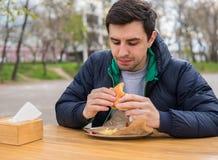 Antropófago una hamburguesa en café de la comida de la calle Fotos de archivo