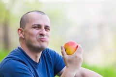 Antropófago una manzana al aire libre Fotografía de archivo