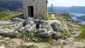 Antropomorfe graven en Byzantijnse kapel bovenop Angelocastro, Korfu stock foto's