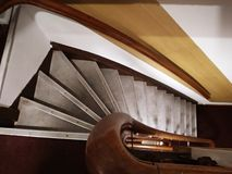 Antrum caverne des escaliers étapes étroites et raides typiques des maisons néerlandaises photographie stock