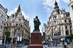 Antuérpia, Bélgica - 10 de maio de 2015: Estátua do pintor flamengo David Teniers em Antuérpia Fotografia de Stock Royalty Free