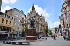 Antuérpia, Bélgica - 10 de maio de 2015: Estátua do pintor flamengo David Teniersplaats em Antuérpia Fotos de Stock