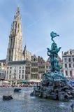 Antuérpia, Bélgica - 10 de maio de 2015: Visita do turista Grand Place com a estátua de Brabo em Antuérpia Fotografia de Stock
