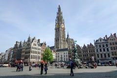 Antuérpia, Bélgica - 10 de maio de 2015: Visita do turista Grand Place em Antuérpia Imagem de Stock
