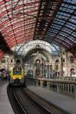 2018-10-01 Antuérpia, Bélgica: Plataformas e salão do trem com ferro e teto arcado de vidro da estação da central de Antuérpia foto de stock royalty free