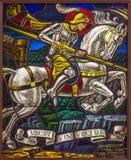 Antuérpia - Windowpane do duelo de St. Georeg com o diabo na igreja de Joriskerk ou de St George fotos de stock